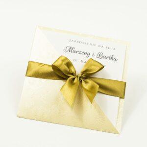 Dwuczęściowe zaproszenia z charakterystyczną kopertą w kolorze kremowym z wytłoczonymi kwiatami, jasnobrązową satynową wstążką oraz wkładką. ZAP-45-66