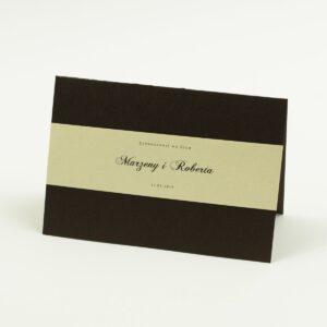 Wykonane na brązowym, metalizowanym papierze, eleganckie zaproszenia ślubne z motywem tekstowym na papierze perłowym. ZAP-52-81