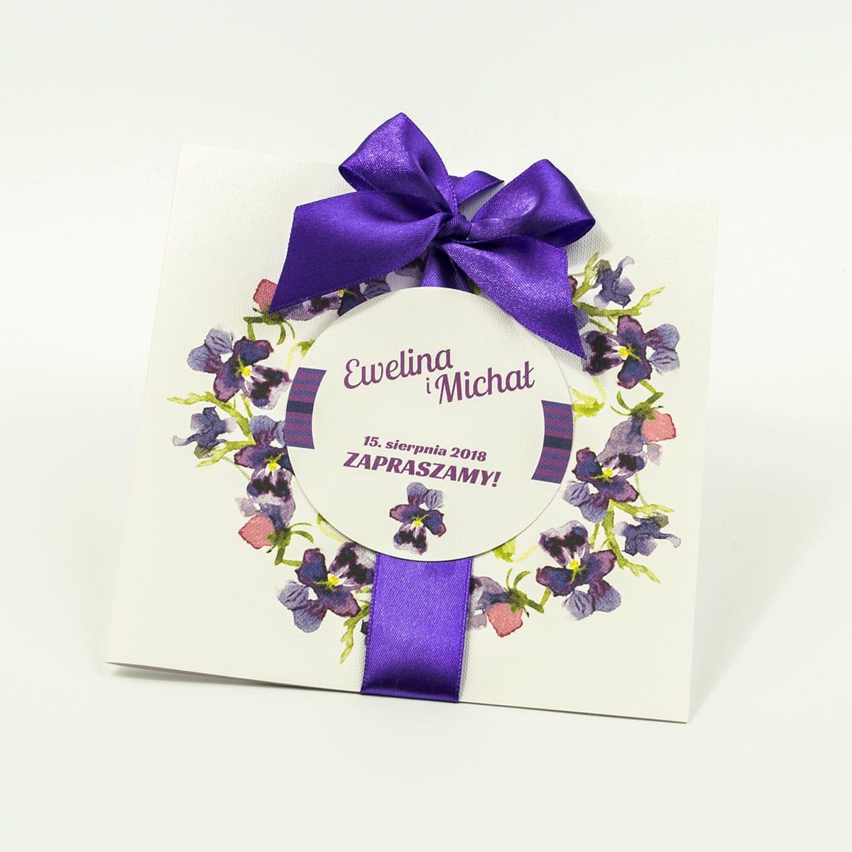 Zaproszenia kwiatowe - wiosenny wianek z kwiatami fiołków. ZAP-54-13