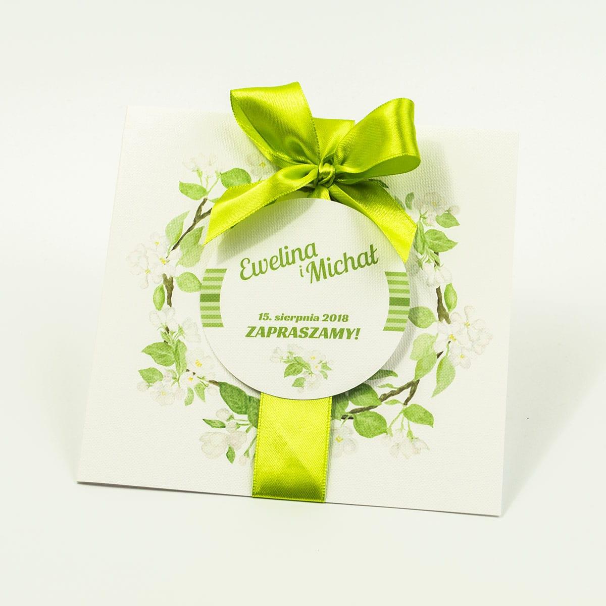 Zaproszenia kwiatowe - wiosenny wianek z białymi kwiatami wiśni oraz zielonymi listkami. ZAP-54-19