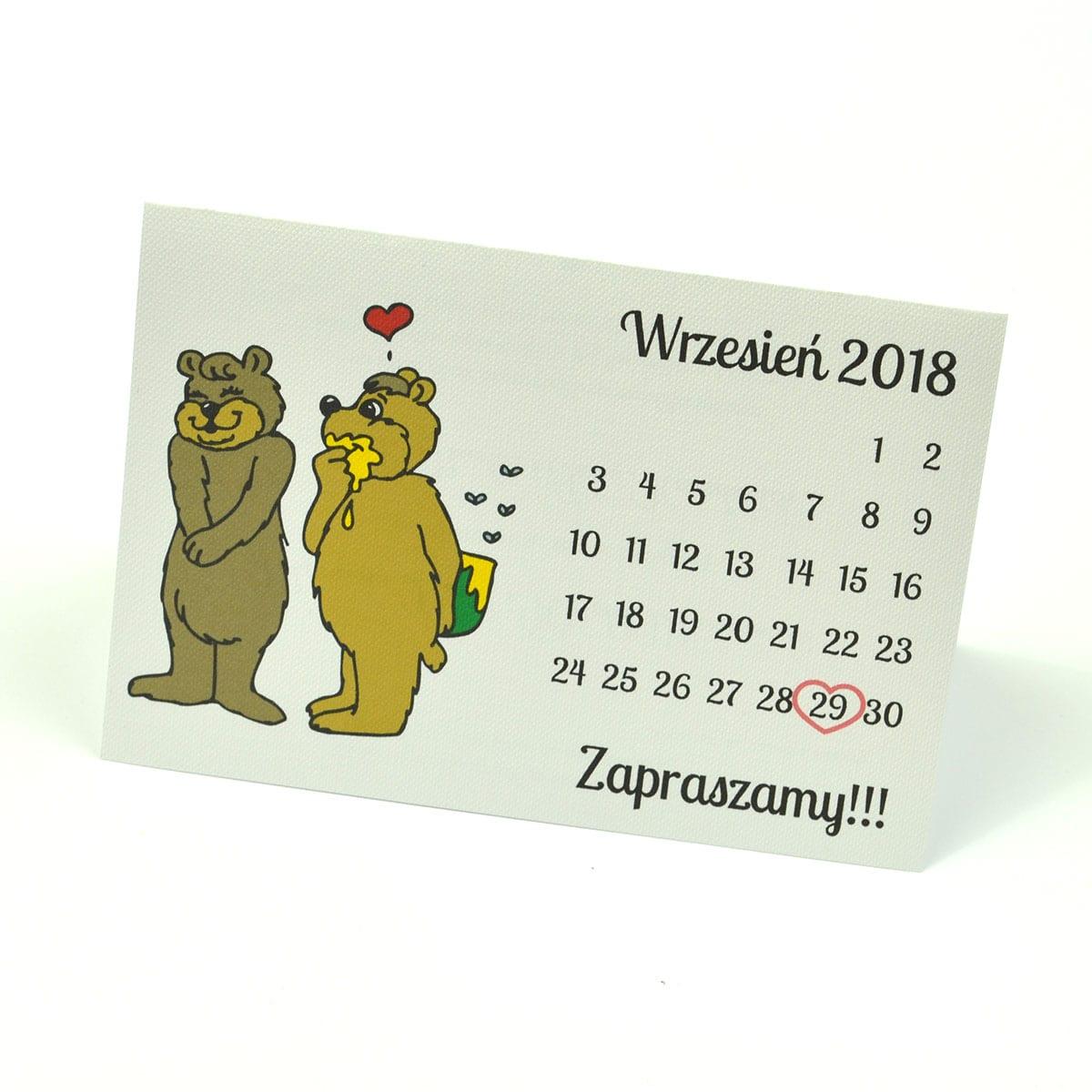 Klasyczne zaproszenia ślubne z humorystycznym obrazkiem przedstawiającym dwa niedźwiadki oraz kartkę z kalendarza z zaznaczoną datą ślubu. ZAP-56-06