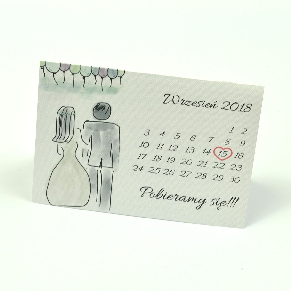 Klasyczne zaproszenia ślubne z obrazkiem przedstawiającym parę młodą podczas wesela oraz kartkę z kalendarza z zaznaczoną datą ślubu. ZAP-56-09
