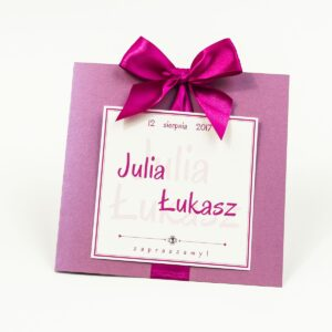 Zaproszenia ślubne na różowym papierze perłowym, ze wstążką w intensywnym - malinowym kolorze i cyrkonią oraz wklejanym wnętrzem. ZAP-61-82