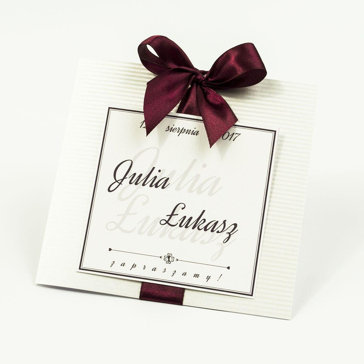 Zaproszenia ślubne na srebrnym paskowanym papierze, ze wstążką w kolorze ciemne bordo i cyrkonią oraz wklejanym wnętrzem. ZAP-61-92