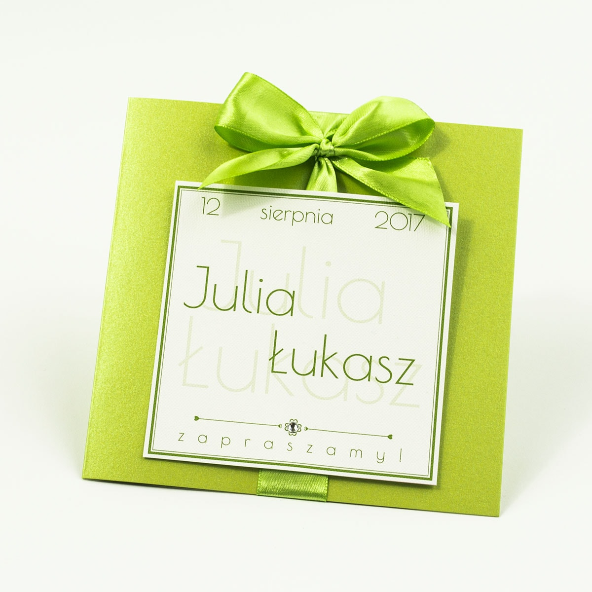 Zaproszenia ślubne na zielonym papierze perłowym, ze wstążką w kolorze zielonym i cyrkonią oraz wklejanym wnętrzem. ZAP-61-72