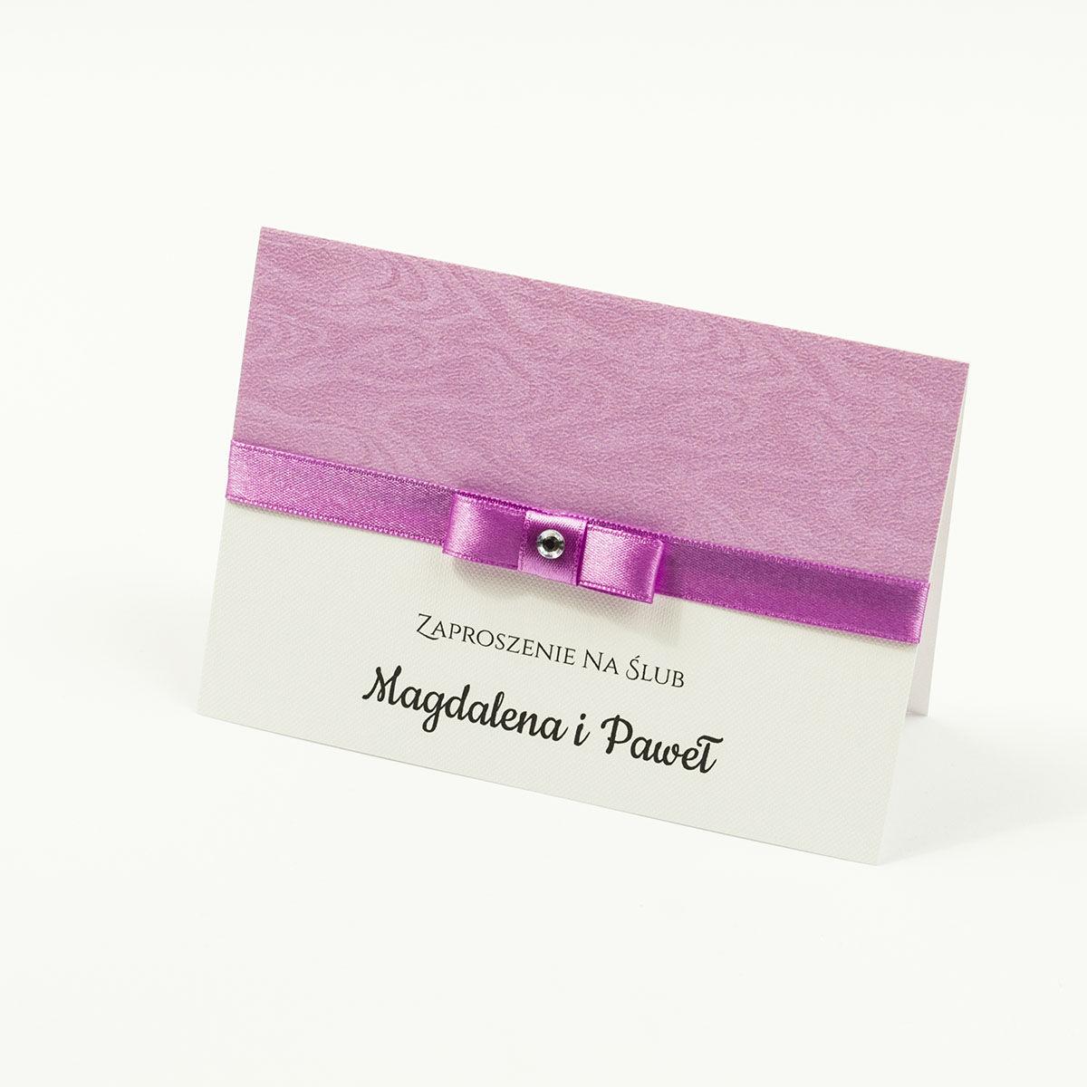 Bardzo eleganckie zaproszenia ślubne z blado-amarantową wstążką, różowym papierem ozdobnym z motywem słojów drzew, cyrkonią i wklejanym wnętrzem. ZAP-64-71
