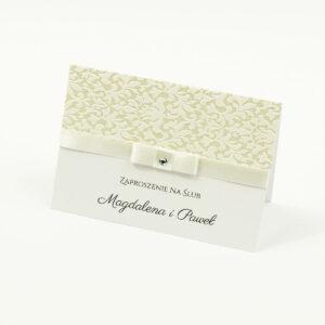 Bardzo eleganckie zaproszenia ślubne ze wstążką w kolorze ecru, biało-srebrną grubą koronką, cyrkonią i wklejanym wnętrzem. ZAP-64-501