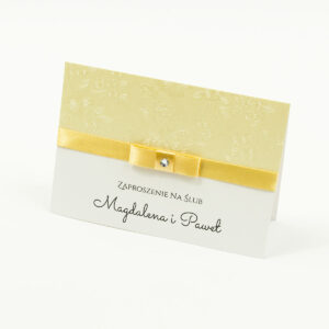 Bardzo eleganckie zaproszenia ślubne z kremowo-brzoskwiniową wstążką, ozdobnym papierem kremowym z wytłaczanymi kwiatami, cyrkonią i wklejanym wnętrzem. ZAP-64-66