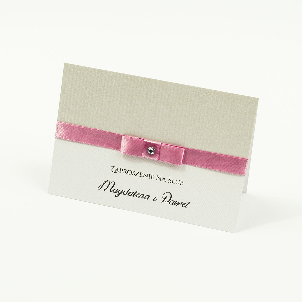 Bardzo eleganckie zaproszenia ślubne z różową wstążką, srebrnym papierem w paski, cyrkonią i wklejanym wnętrzem. ZAP-64-92