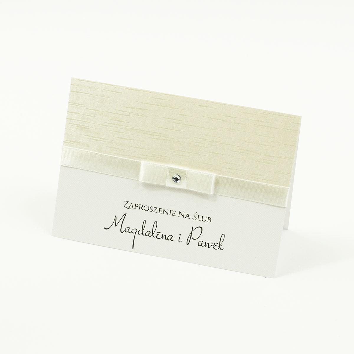 Bardzo eleganckie zaproszenia ślubne ze wstążką w kolorze ecru, jasnym papierem ozdobnym z motywem przypominającym korę, cyrkonią i wklejanym wnętrzem. ZAP-64-38