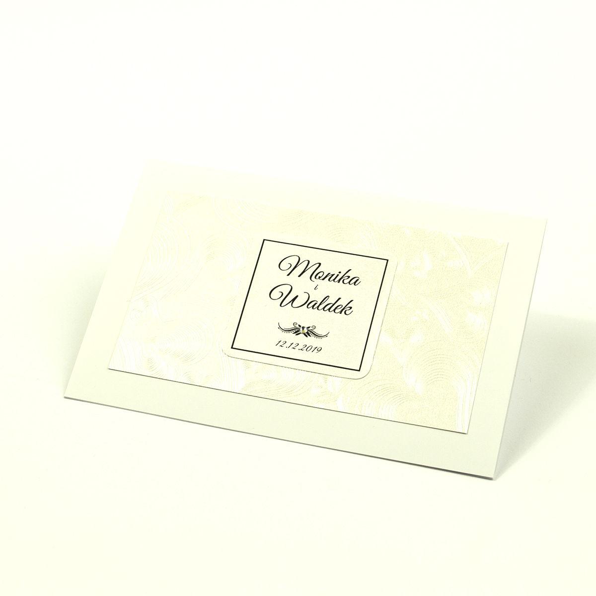 Eleganckie zaproszenia ślubne z cyrkonią oraz jasnym papierem ozdobnym z motywem wytłaczanych serc, na który przyklejony jest motyw tekstowy. ZAP-72-65