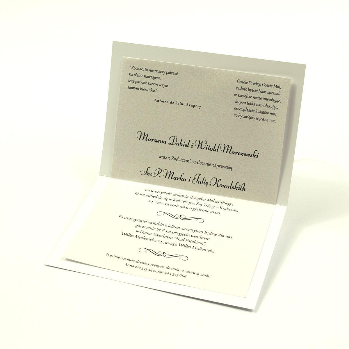 Eleganckie zaproszenia ślubne z cyrkonią oraz papierem ozdobnym przypominającym biało-srebrną grubą koronkę, na który przyklejony jest motyw tekstowy. ZAP-72-501