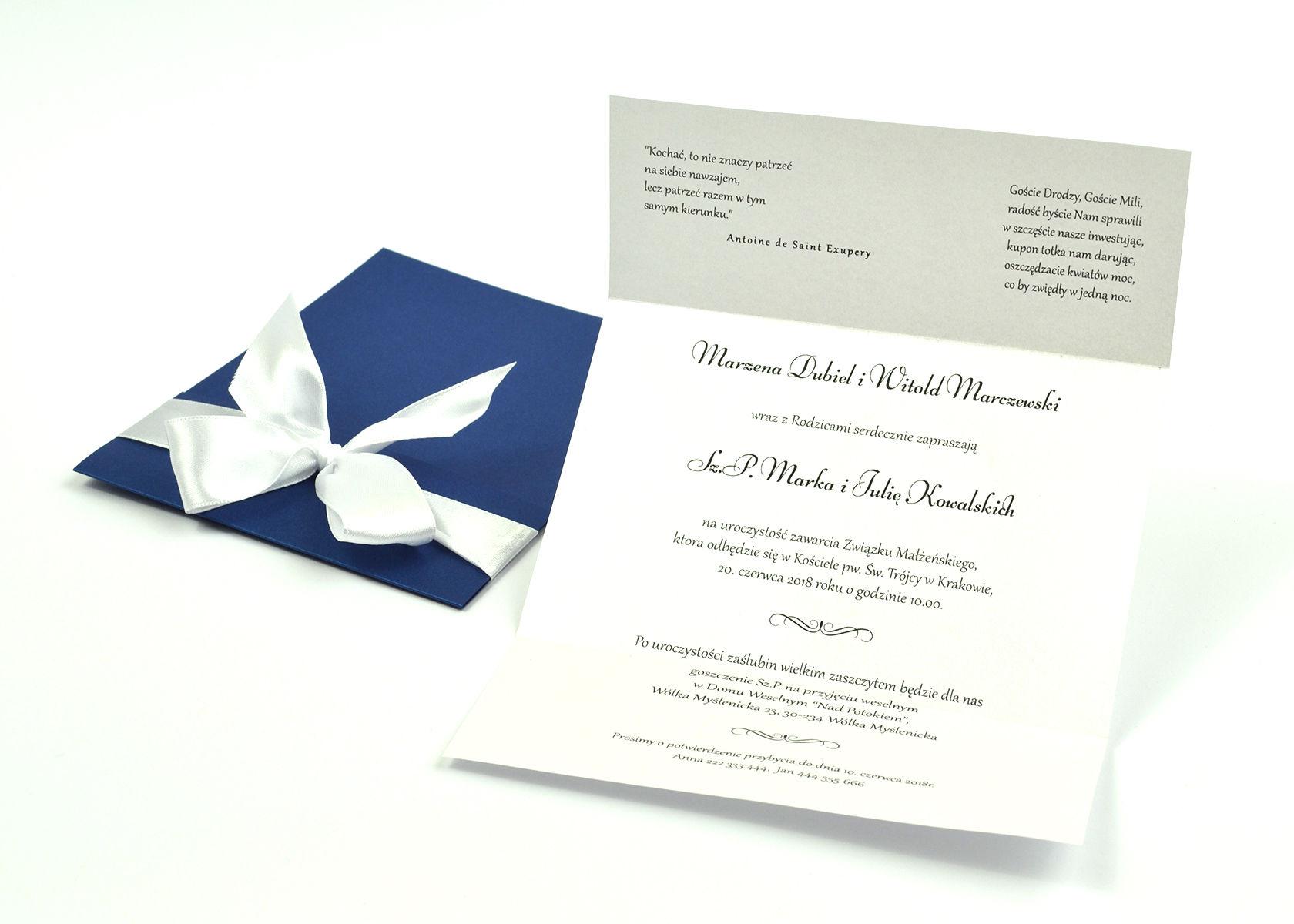 Ciekawe w formie eleganckie zaproszenia ślubne z wkładanym wnętrzem, białą wstążką oraz okładką z niebieskiego papieru perłowego. ZAP-73-86