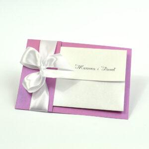Ciekawe w formie eleganckie zaproszenia ślubne z wkładanym wnętrzem, wstążką w kolorze białym oraz okładką z różanego papieru perłowego. ZAP-73-82