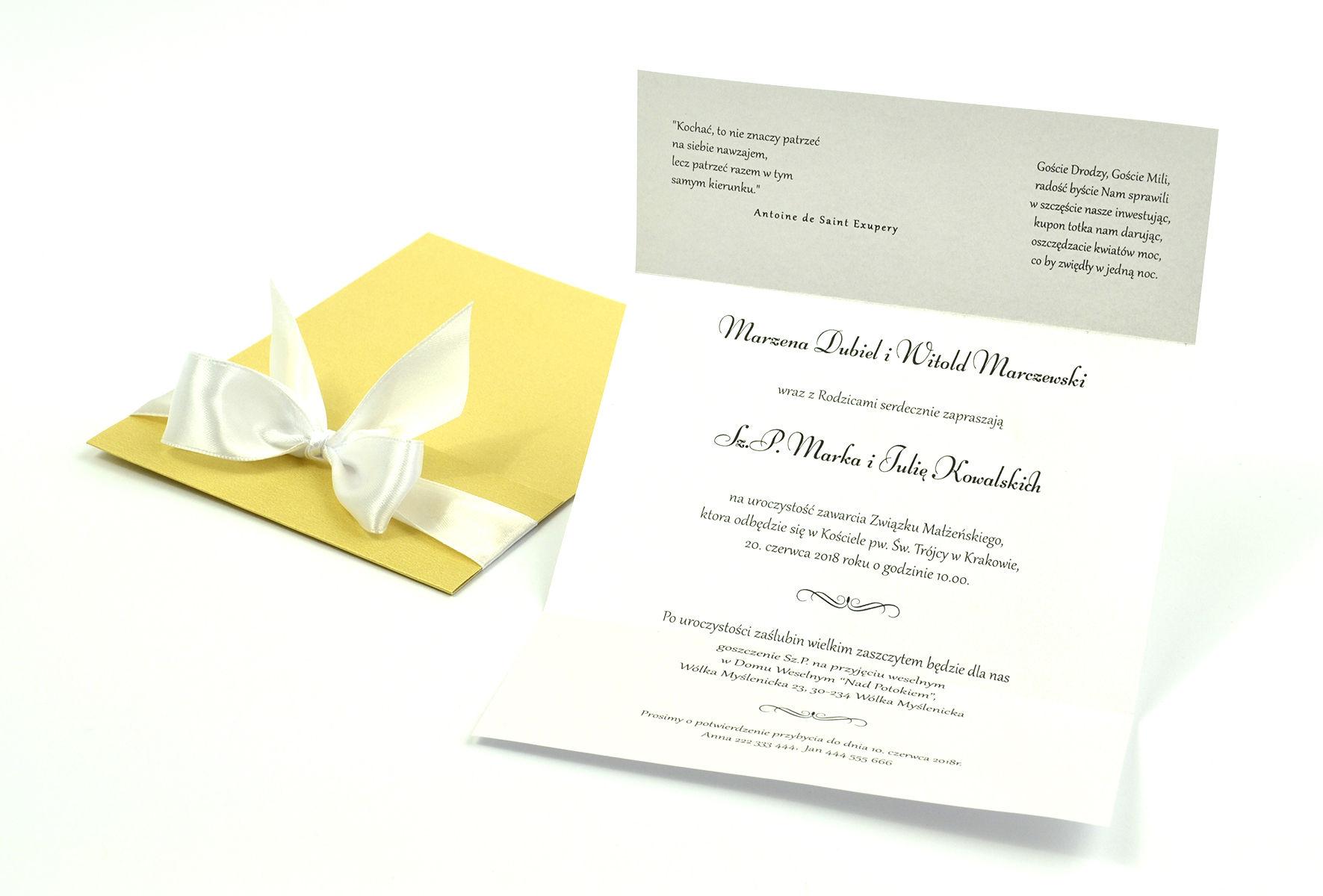 Ciekawe w formie eleganckie zaproszenia ślubne z wkładanym wnętrzem, biała wstążką oraz okładką ze złotego papieru ozdobnego. ZAP-73-59