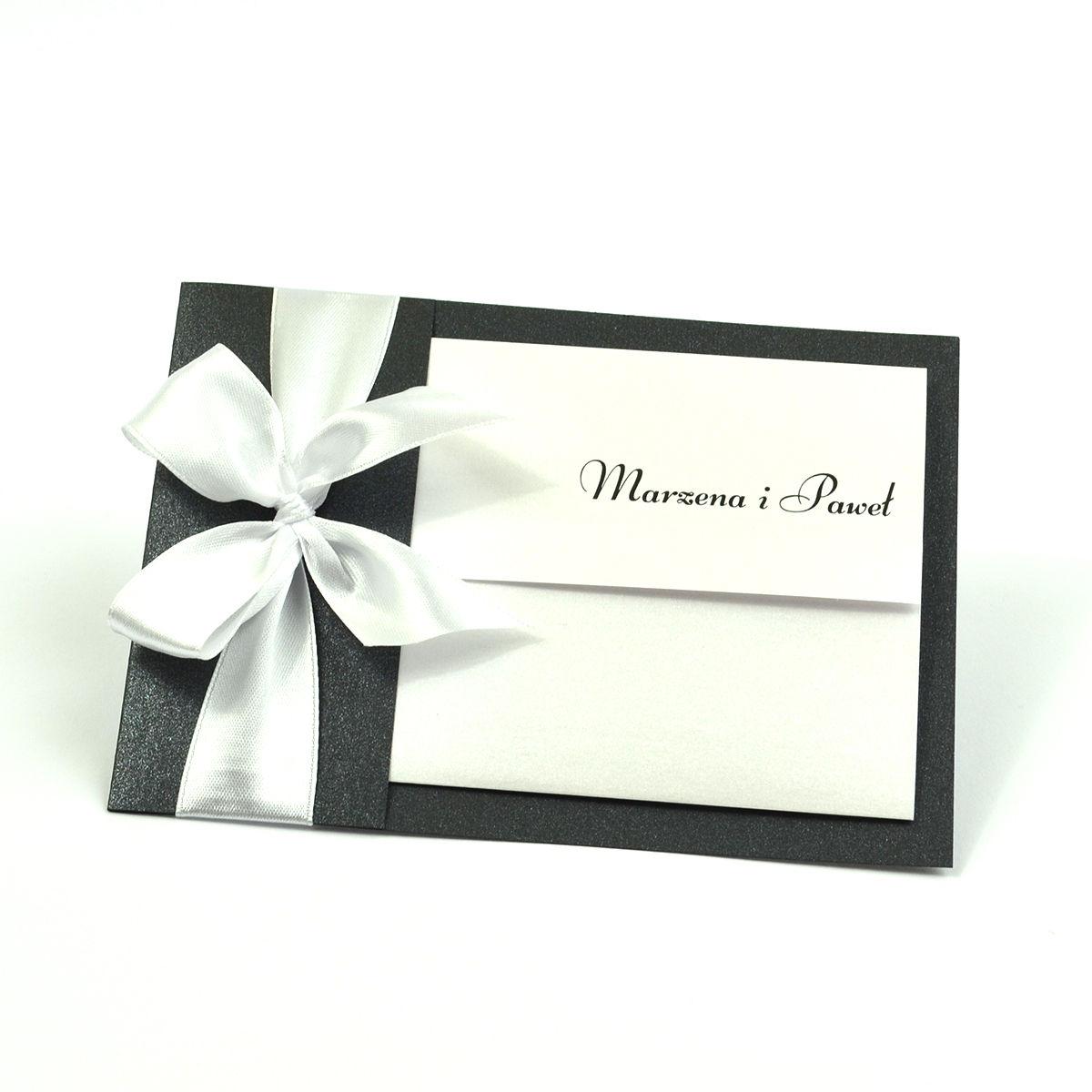 Ciekawe w formie eleganckie zaproszenia ślubne z wkładanym wnętrzem, białą wstążką oraz okładką z czarnego papieru ozdobnego z błyszczącymi elementami. ZAP-73-54