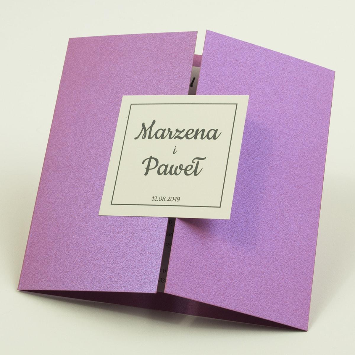 Stylowe zaproszenia ślubne w kolorze różanym, rozkładane na trzy części, z przyklejanym wnętrzem oraz motywem tekstowym. ZAP-74-82