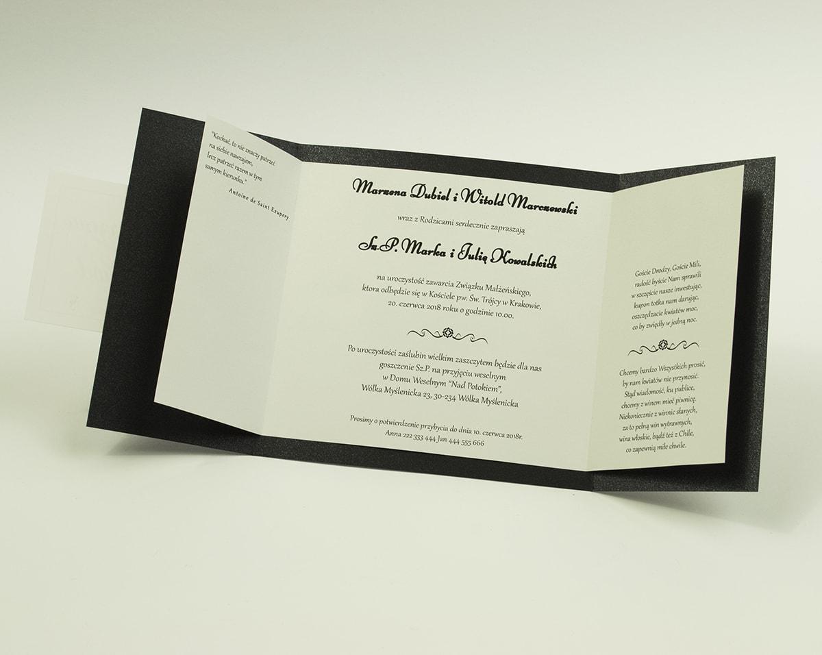Stylowe zaproszenia ślubne w eleganckim, czarnym kolorze, rozkładane na trzy części, z przyklejanym wnętrzem oraz motywem tekstowym. ZAP-74-54