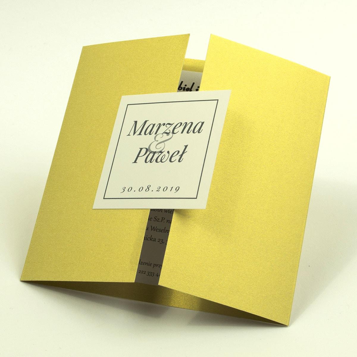 Stylowe zaproszenia ślubne na złotym papierze ozdobnym, rozkładane na trzy części, z przyklejanym wnętrzem oraz motywem tekstowym. ZAP-74-59