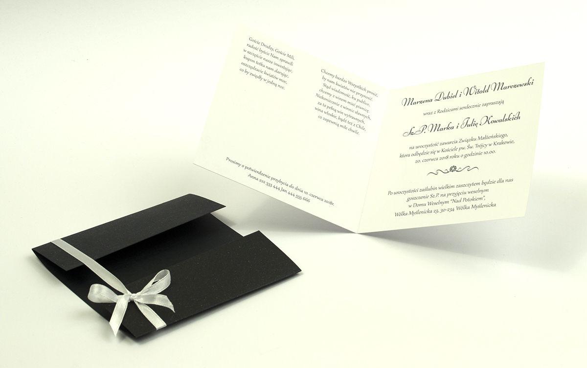 Przyciągające eleganckie zaproszenia ślubne z kwadratowym wnętrzem, wstążką koloru białego i ciekawie wyciętą okładką z czarnego papieru z błyszczącymi elementami. ZAP-79-88
