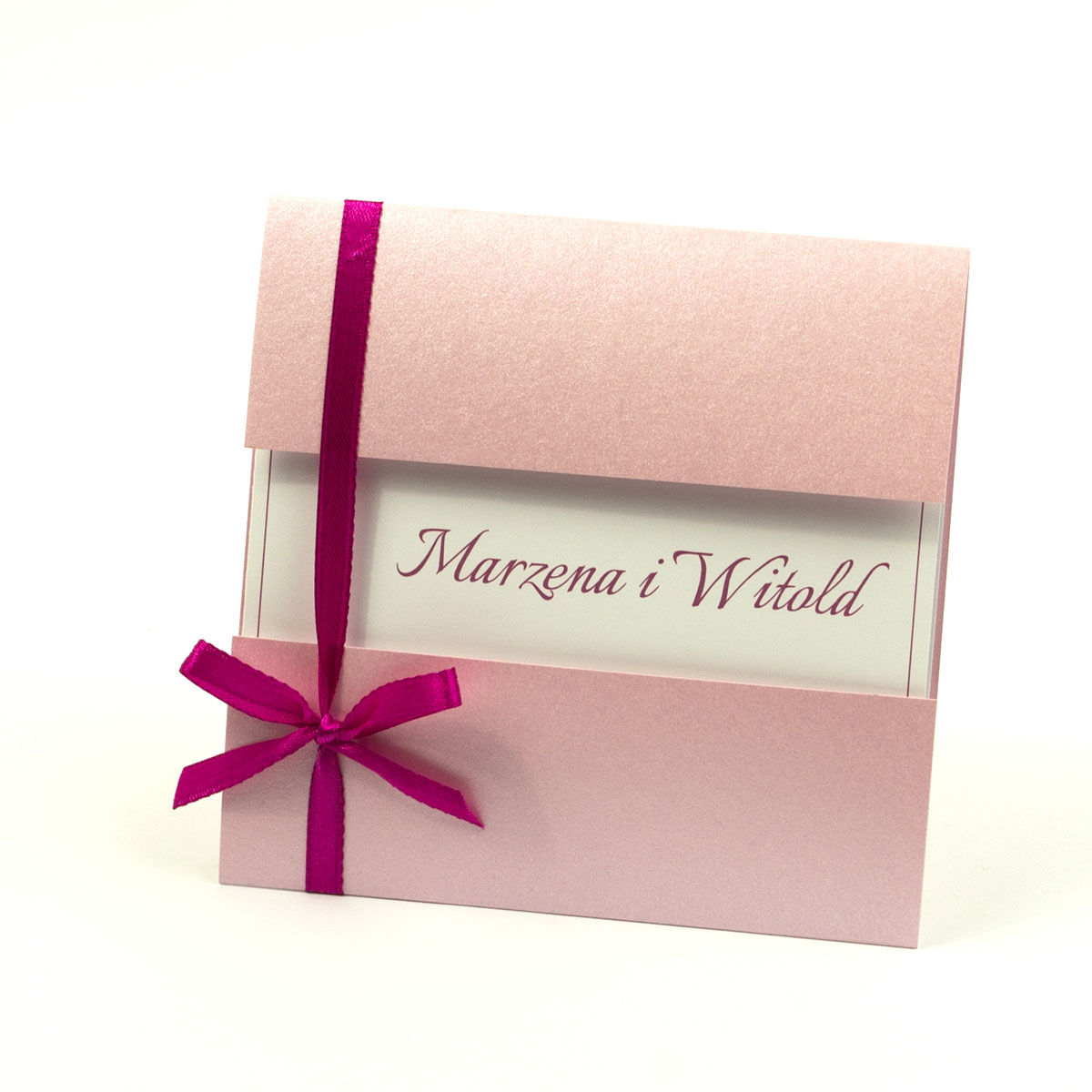 Przyciągające eleganckie zaproszenia ślubne z kwadratowym wnętrzem, wstążką w intensywnym - malinowym kolorze i ciekawie wyciętą okładką z różowego, perłowego papieru. ZAP-79-93
