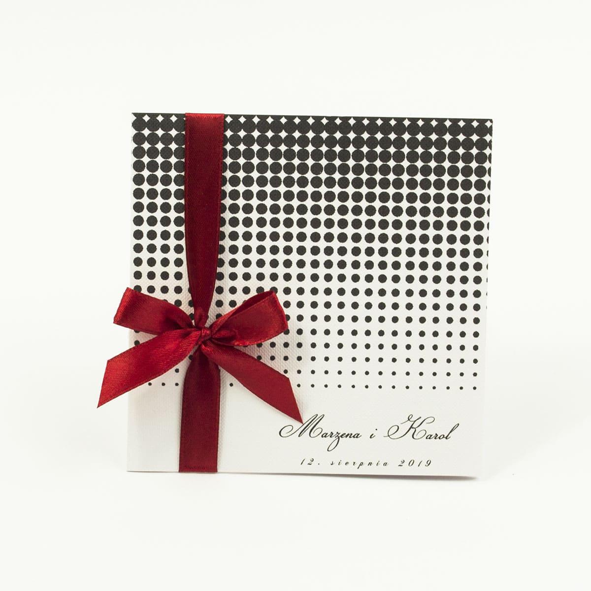 Urocze zaproszenia ślubne z czanymi kropkami w różnych rozmiarach na białym tle oraz czerwoną wstążką. ZAP-81-04
