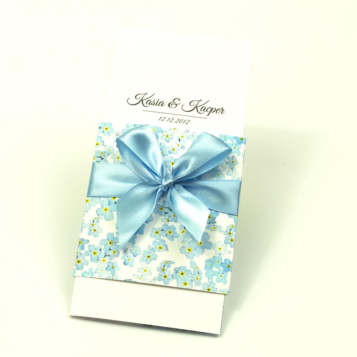 Niebanalne kwiatowe zaproszenia ślubne. Kwiaty niezapominajki, błękitna wstążka i wnętrze wkładane w okładkę. ZAP-90-05