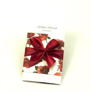 Niebanalne kwiatowe zaproszenia ślubne. Kwiaty - czerwone róże, bordowa wstążka i wnętrze wkładane w okładkę. ZAP-90-06