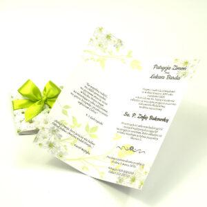 Niebanalne kwiatowe zaproszenia ślubne. Piękne, drobne, jasne kwiaty, pistacjowa wstążka i wnętrze wkładane w okładkę. ZAP-90-12
