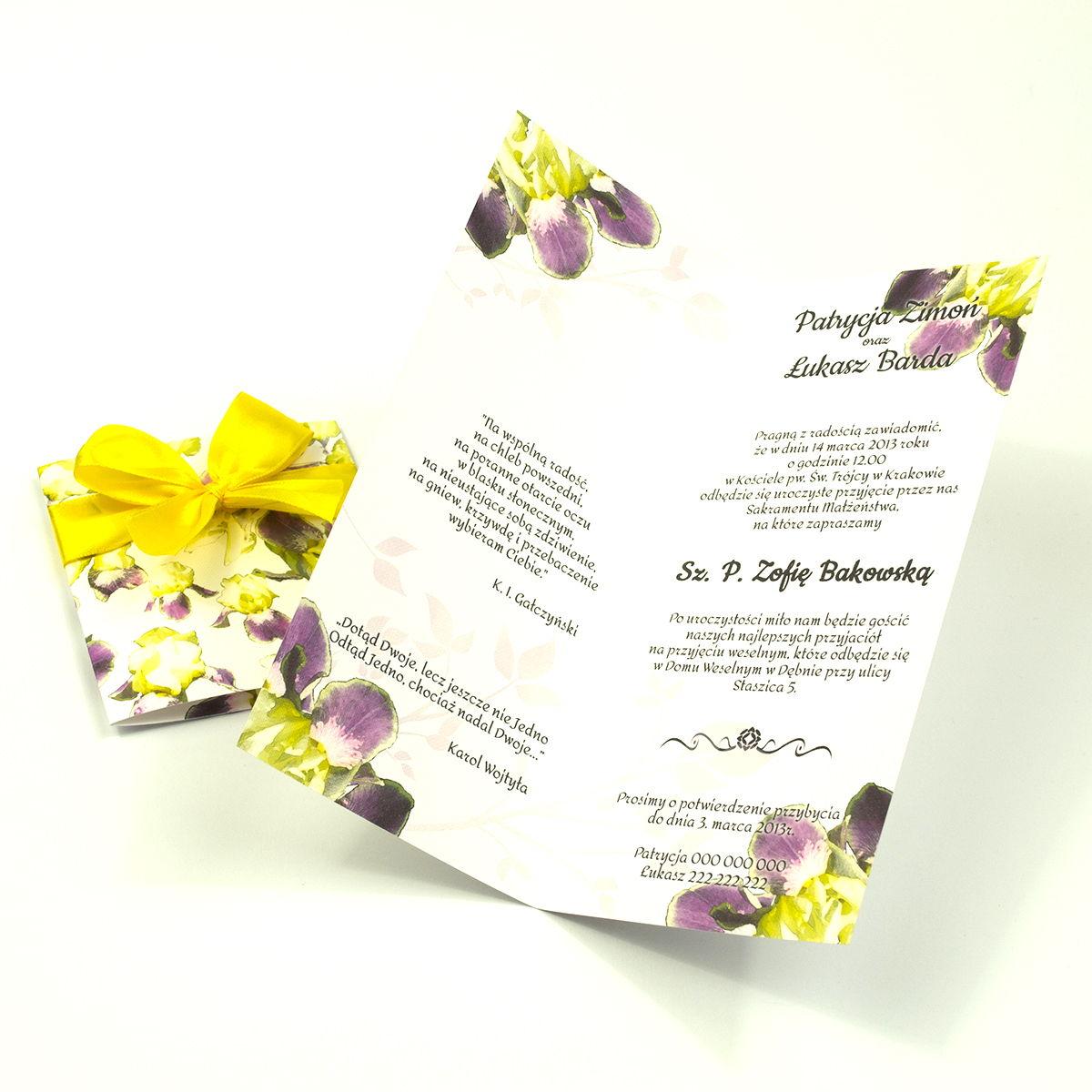 Niebanalne kwiatowe zaproszenia ślubne. Kwiaty - zółto-fioletowe irysy, żółta wstążka i wnętrze wkładane w okładkę. ZAP-90-15