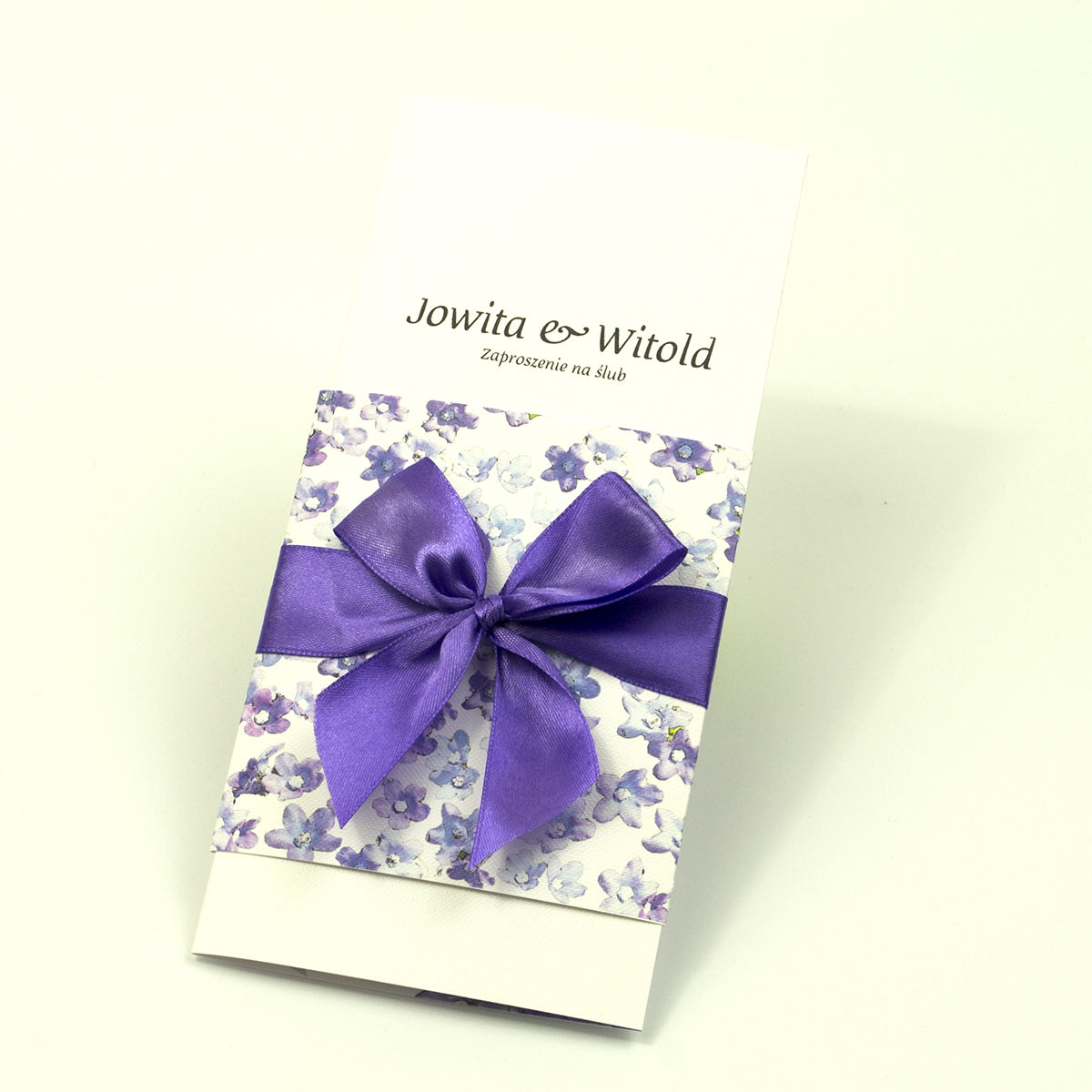 Niebanalne kwiatowe zaproszenia ślubne. Fioletowe kwiaty polne, ciemnofioletowa wstążka i wnętrze wkładane w okładkę. ZAP-90-17