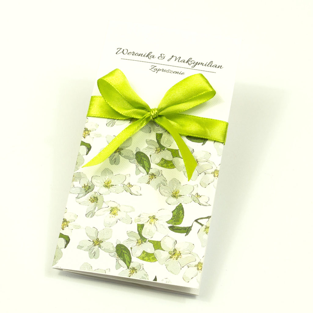 zap-92-01-Zjawiskowe zaproszenia ślubne z kwiatami jabłoni, przewiązane wstążką satynowaną w kolorze oliwkowym. Kolekcja Rose