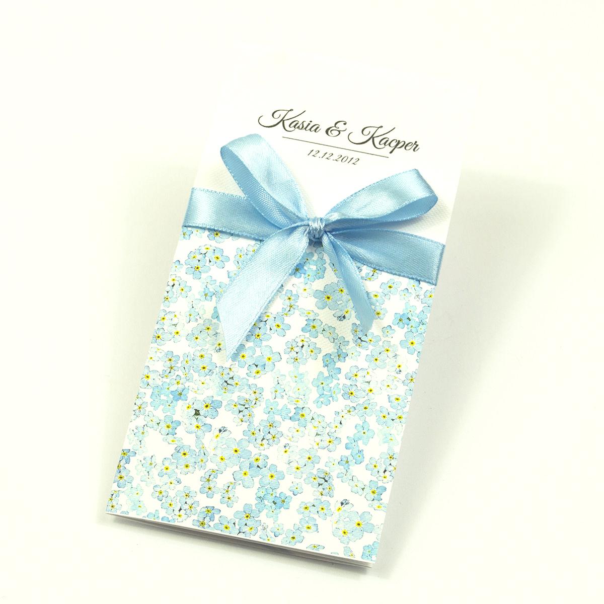 Zjawiskowe zaproszenia ślubne z niezapominajkami, przewiązane wstążką satynowaną w kolorze błękitnym. ZAP-92-05