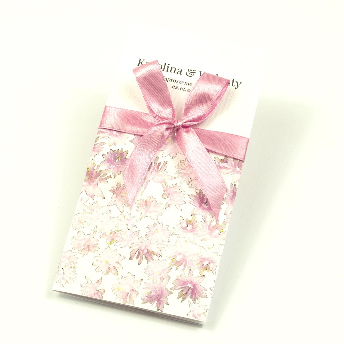Zjawiskowe zaproszenia ślubne z różowymi kwiatami, przewiązane wstążką satynowaną w kolorze brudny róż. ZAP-92-09