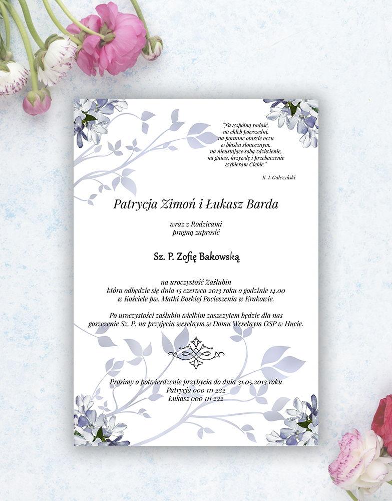 Zjawiskowe zaproszenia ślubne z niebiesko-białymi kwiatami, przewiązane wstążką satynowaną w kolorze białym. ZAP-92-10