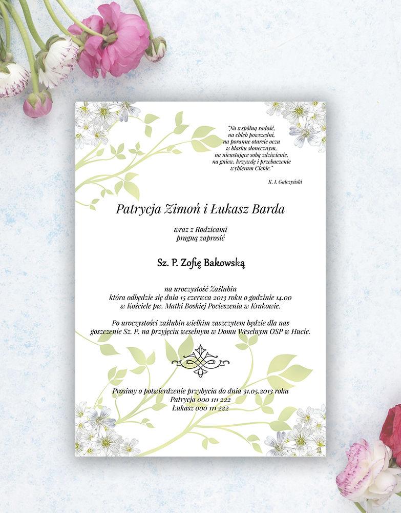 Zjawiskowe zaproszenia ślubne z pięknymi, drobnymi, jasnymi kwiatami, przewiązane wstążką satynowaną w kolorze pistacjowym. ZAP-92-12