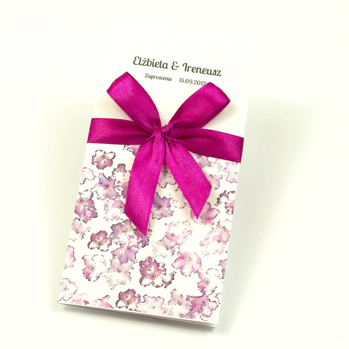 Zjawiskowe zaproszenia ślubne z kwiatami rododendronu (różanecznika, azalii), przewiązane wstążką satynowaną w intensywnym, malinowym kolorze. ZAP-92-13