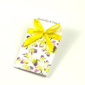 Zjawiskowe zaproszenia ślubne z żółto-fioletowymi irysami, przewiązane wstążką satynowaną w kolorze żółtym. ZAP-92-15