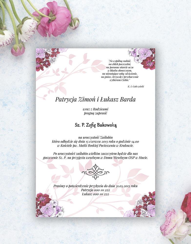 Zjawiskowe zaproszenia ślubne z goździkami w odcieniach różu, czerwieni i bieli, przewiązane wstążką satynowaną w kolorze ciemnoczerwonym. ZAP-92-16
