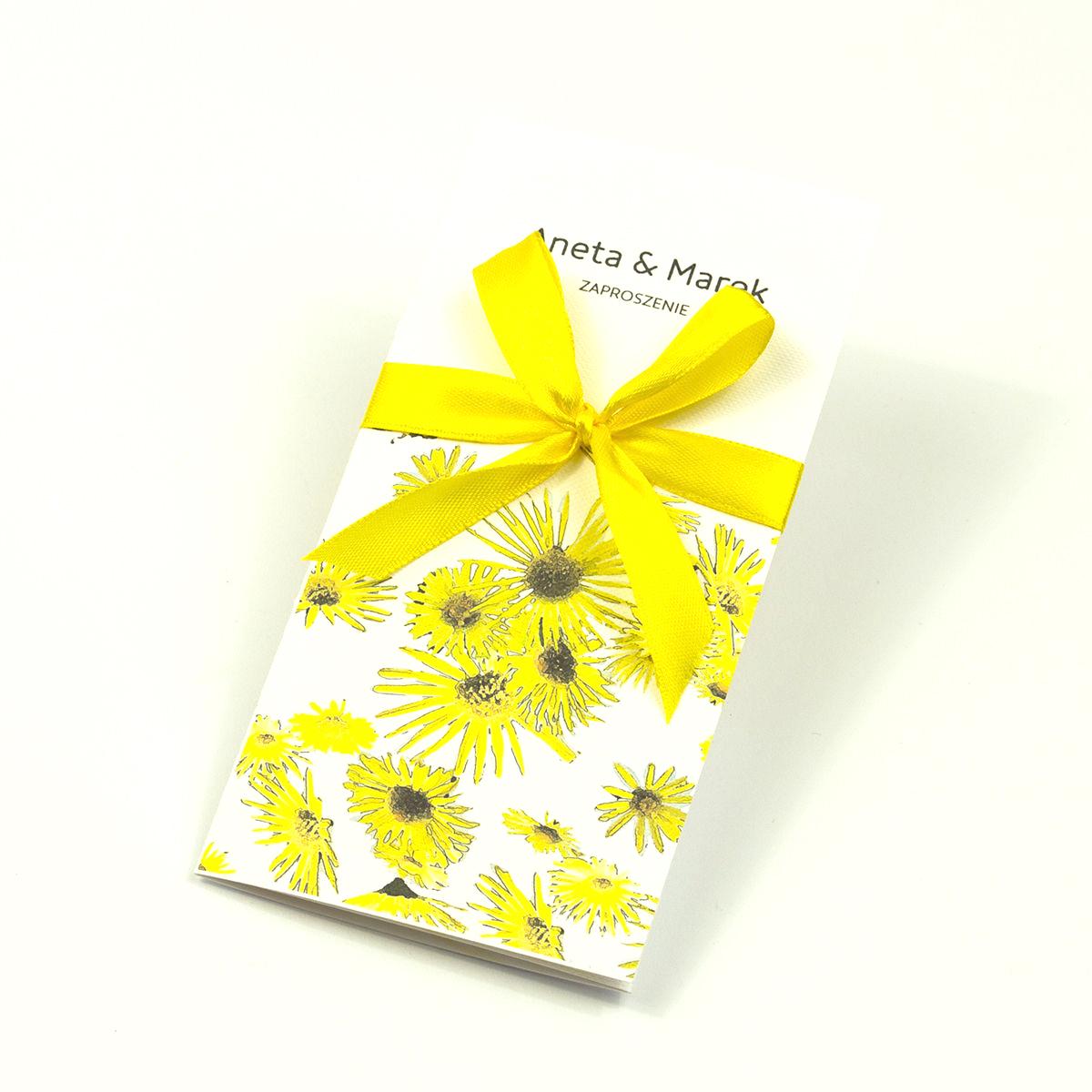Zjawiskowe zaproszenia ślubne ze słonecznikami, przewiązane wstążką satynowaną w kolorze żółtym. ZAP-92-19