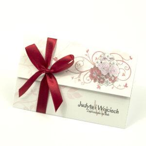 Unikatowe zaproszenia ślubne z kwiatami. Kwiaty - goździki w odcieniach różu, czerwieni i bieli i wstążka w ciemnoczerwonym kolorze. ZAP-93-16