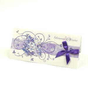 Składane na trzy części kwiatowe zaproszenia ślubne w formacie DL. Fioletowe kwiaty polne, ciemnofioletowa kokardka i interesujący motyw ozdobny. ZAP-95-17