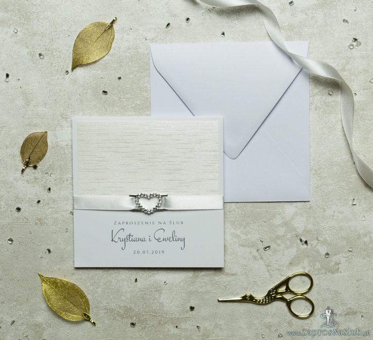 Niezwykle prestiżowe zaproszenia ślubne z jasnym papierem z poziomymi, nieregularnymi liniami, kremową wstążką i klamerką w kształcie serca. ZAP-78-38 - ZaprosNaSlub