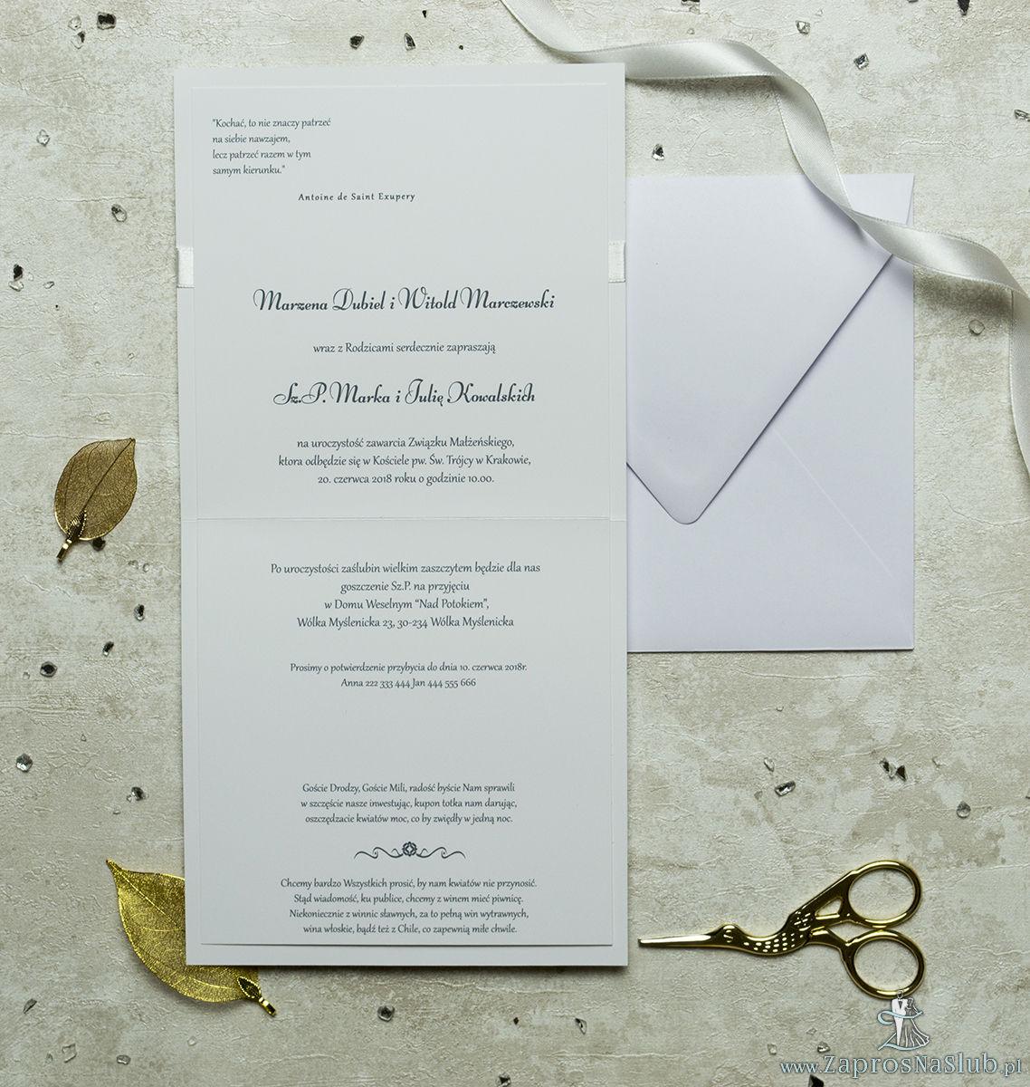 Niezwykle prestiżowe zaproszenia ślubne z jasnym papierem z poziomymi, nieregularnymi liniami, kremową wstążką i klamerką w kształcie serca. ZAP-78-38