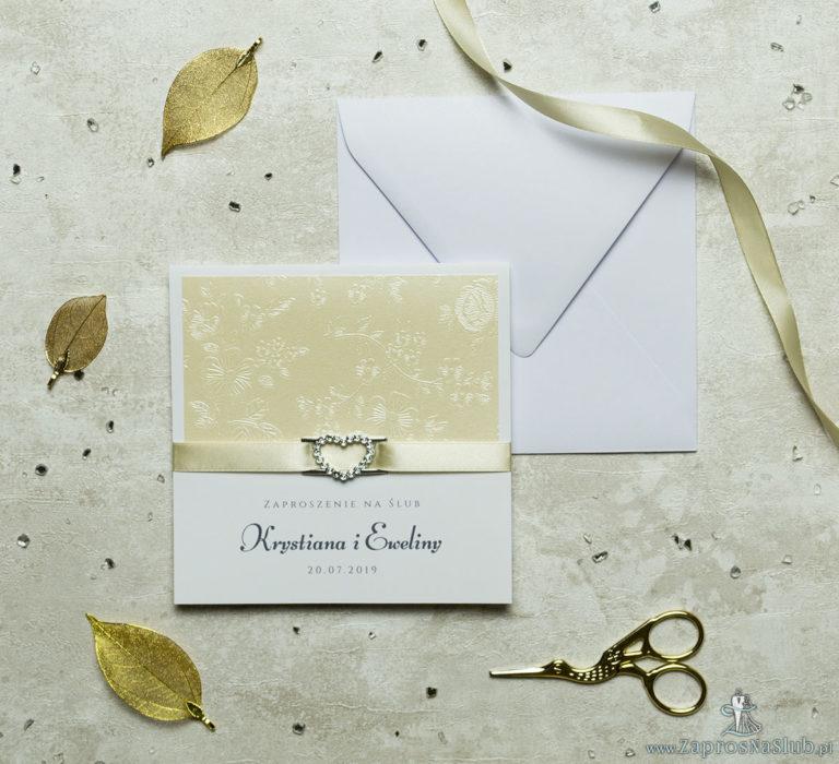 Niezwykle prestiżowe zaproszenia ślubne z kremowym papierem z tłoczonymi kwiatami, wstążką w kolorze kawa z mlekiem i klamerką w kształcie serca. ZAP-78-66 - ZaprosNaSlub
