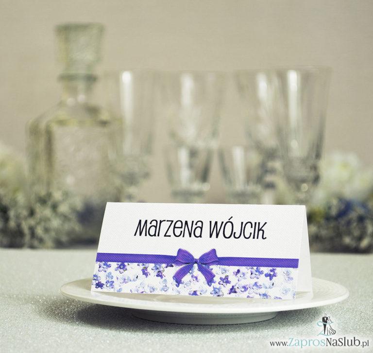 Kwiatowe winietki ślubne – składane na pół. Fioletowe kwiaty dzwonki z malowaną, poziomą wstążką - ZaprosNaSlub