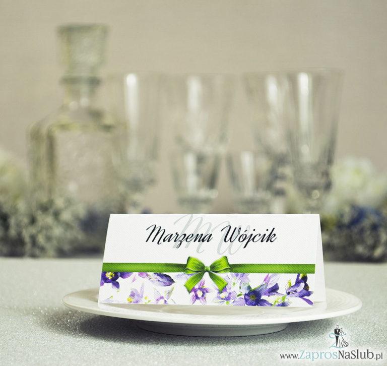 ZaprosNaSlub - Zaproszenia ślubne, personalizowane, boho, rustykalne, kwiatowe księga gości, zawieszki na alkohol, winietki, koperty, plany stołów - Kwiatowe winietki ślubne – składane na pół winietki z fioletowo zielonymi kwiatami oraz malowaną, poziomą wstążką
