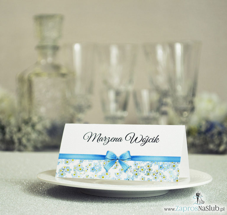 ZaprosNaSlub - Zaproszenia ślubne, personalizowane, boho, rustykalne, kwiatowe księga gości, zawieszki na alkohol, winietki, koperty, plany stołów - Kwiatowe winietki ślubne – składane na pół. Kwiaty niezapominajki z malowaną, poziomą wstążką