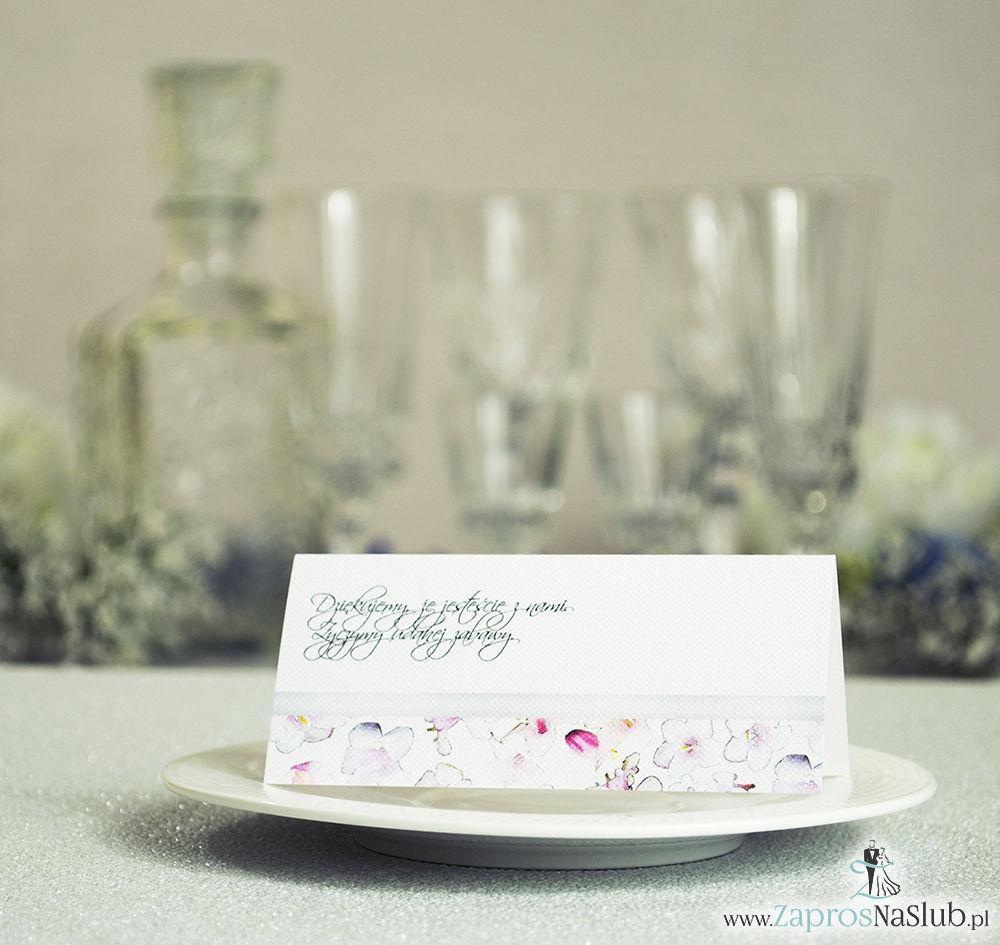 Kwiatowe winietki ślubne - składane na pół. Różowe oraz białe kwiaty z malowaną, poziomą wstążką