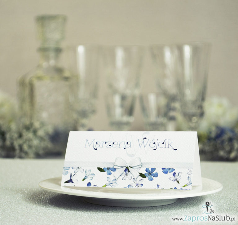 Kwiatowe winietki ślubne – składane na pół. Niebieskie i białe kwiaty z malowaną, poziomą wstążką - ZaprosNaSlub